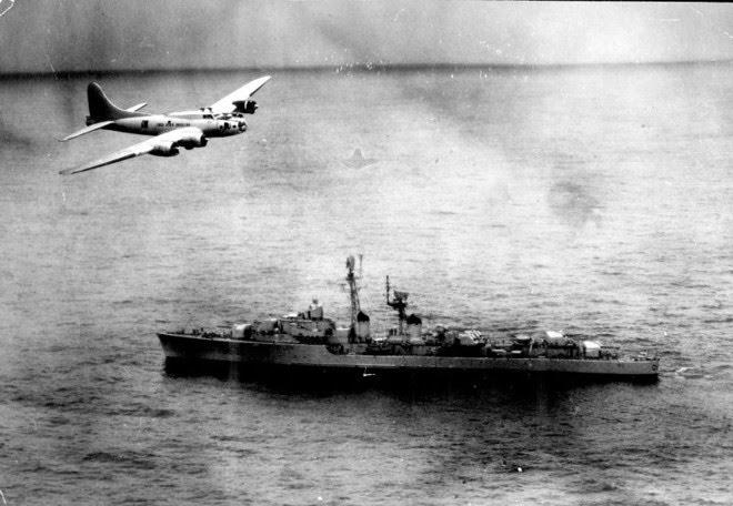Avião brasileiro sobrevoa navio da Marinha francesa no litoral nordestino em 1963 | Wikicommons/Marinha Brasileira